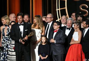 《摩登家庭》五连冠,获喜剧类最佳剧集和  最佳导演