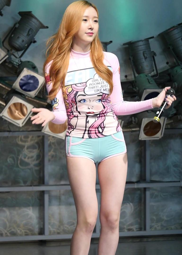 胸部保守露腿放肆:韩国女团打歌服盘点
