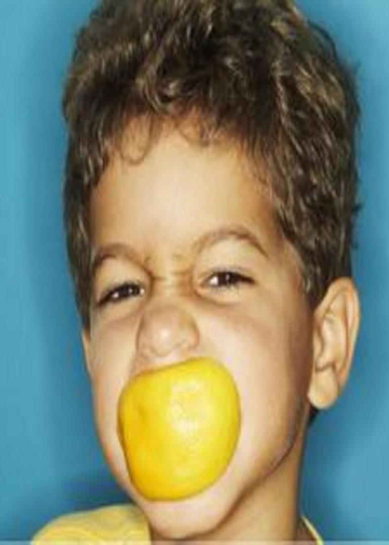 超萌宝宝们吃到柠檬的样子