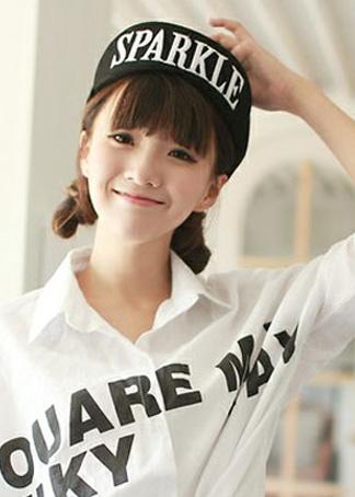 韩国女生搭配棒球帽的可爱