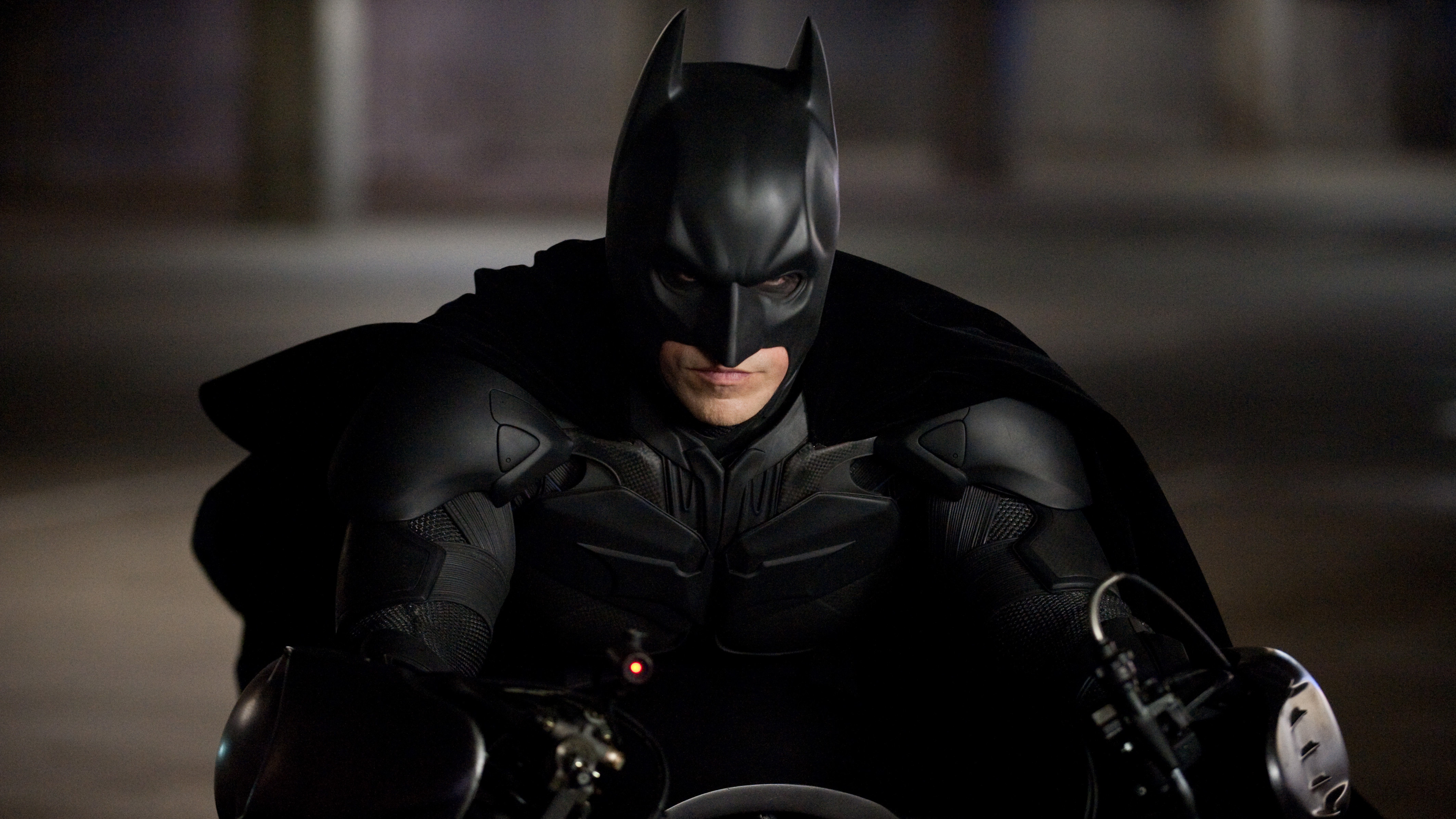 检察官哈维·登特(艾伦·艾克哈特 Aaron Eckhart 饰)死后的八年间,哥谭市在戈登警长(加里·奥德曼 Gary Oldman 饰)的努力下有效地遏制了犯罪活动。而蝙蝠侠布鲁斯·韦恩(克里斯蒂安·贝尔 Christian Bale 饰)因为背负谋杀登特的罪名,被 警方通缉,在哥谭市销声匿迹。然而,这看似平静的状态被恐怖分子贝恩(汤姆·哈迪 Tom Hardy 饰)的出现打破,他利用猫女(安妮·海瑟薇 Anne Hathaway 饰)偷取布鲁斯的指纹,致使韦恩集团面临破财,布鲁斯被赶出董事会。为了保证韦恩集团投资的能源项目不被坏人利用制造核弹,布鲁斯帮助米兰达(玛丽昂·歌迪亚 Marion Cotillard 饰)成为董事会主席。贝恩接下来一连串精密设计的计划将哥谭市陷入孤绝之境,毁灭之日指日可待。布鲁斯只能再次肩负起拯救哥谭的重任,然而至亲的管家阿福辞职离开、猫女的背叛、贝恩的凶残手段,爱人米拉达的真实面目露出,都让他拯救哥谭的行动变得不可能……[非常影院] 欢迎观看