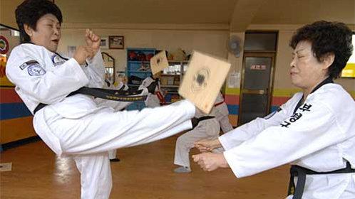 88岁老奶奶练16年跆拳道成黑带