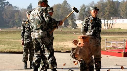 中国士兵大秀硬气功胸口碎大石