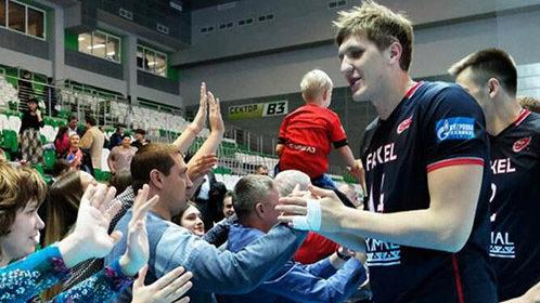 俄男排球员因腿长被赶下飞机