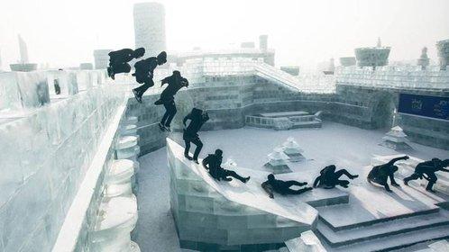 大神在哈尔滨冰雕上跑酷
