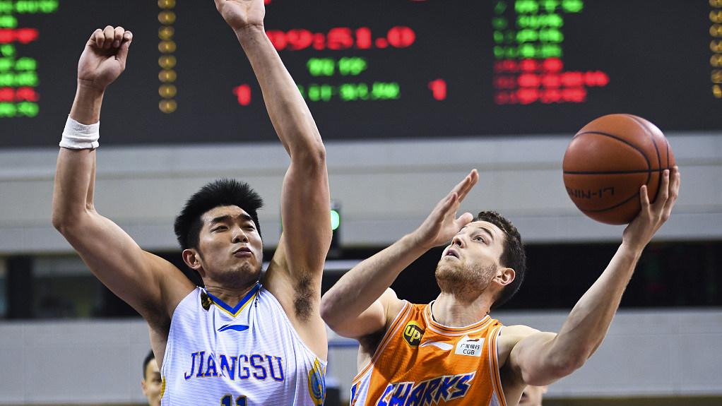 【解说回放】CBA第28轮:江苏vs上海第1节 吴冠希大帽弗雷戴特_CBA全场回放