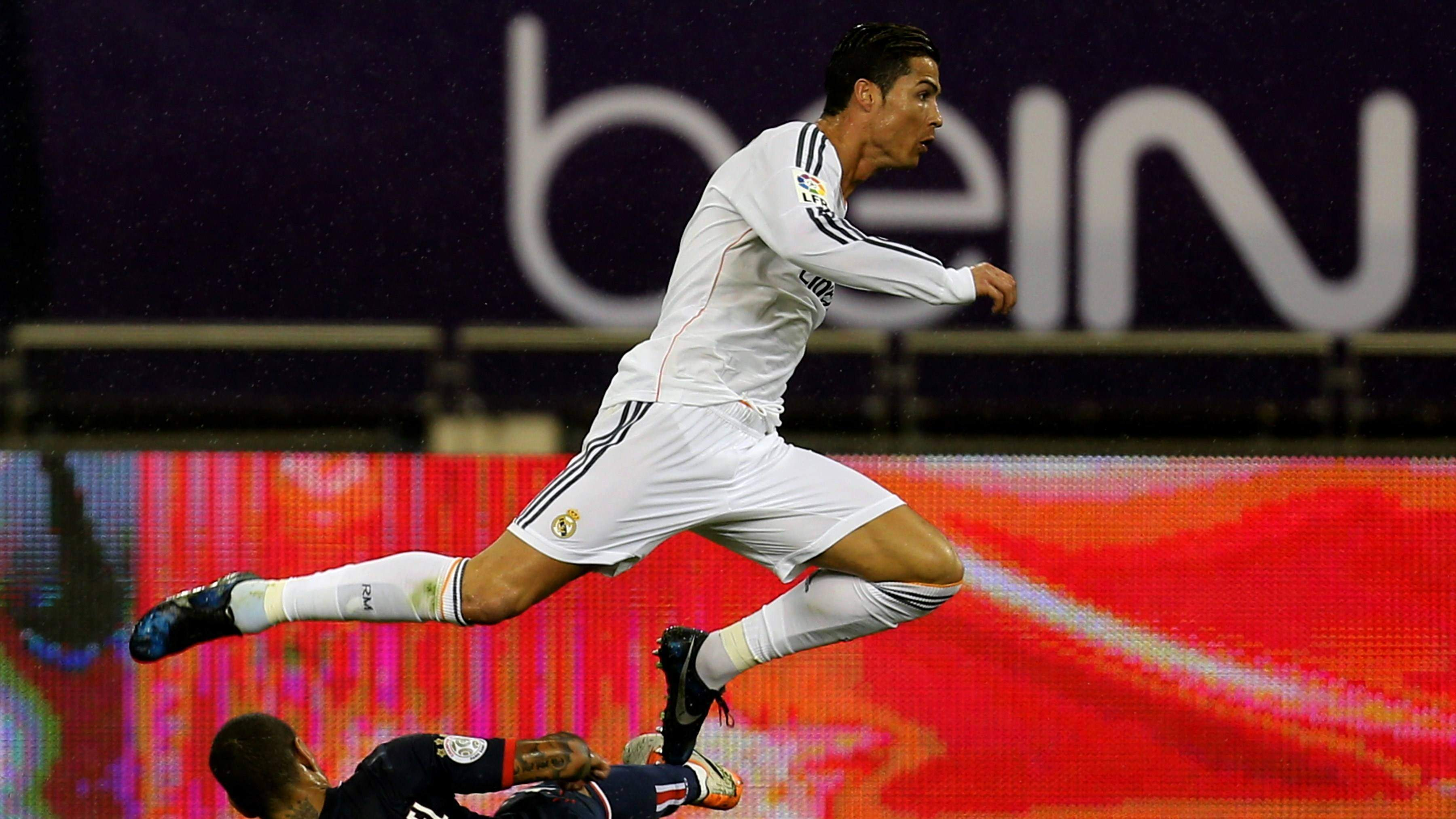 总裁无私做球 伊斯科大力远射被扑出底线_皇家马德里