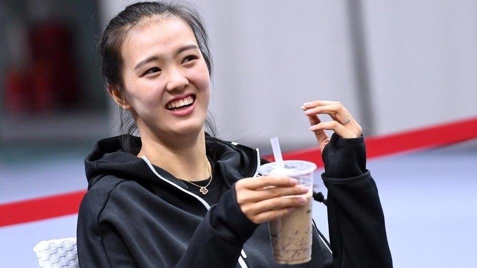 吴冠希女友张常宁观战CBA 笑容甜过手上的椰果奶茶_CBA