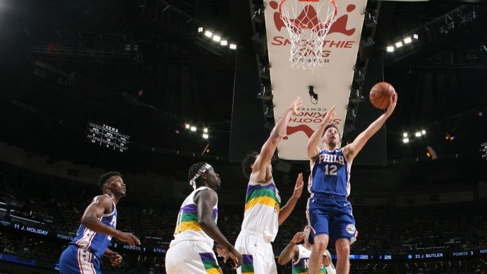 【花絮】这得上五大囧了 雷迪克救球不成反扑出界_NBA全场集锦