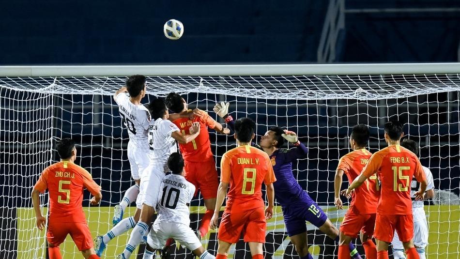 即将迎来第二个对手乌兹别克斯坦!国奥队大巴到达比赛球场外_国足