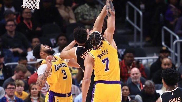 【原声回放】湖人vs老鹰第2节 詹姆斯胯下妙传霍华德单臂劈杀_NBA全场回放