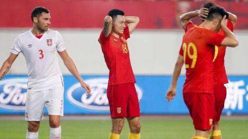 精神可嘉!虽两球落后中国男足依旧在拼抢和组织进攻